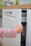 Barnfällafinger i dörren Royaltyfri Fotografi