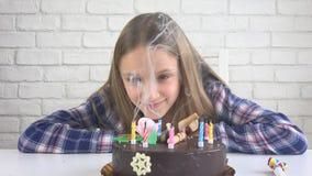 Barnfödelsedagparti som blåser stearinljus, barn årsdag, ungeberöm royaltyfri bild