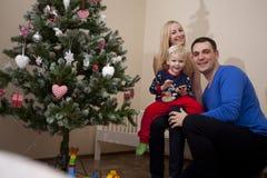 Barnföräldrar med barnet på händer arkivfoto