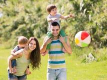 Barnföräldrar med två ungar Arkivbilder