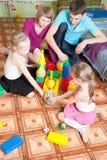 barnföräldrar play deras Arkivbild