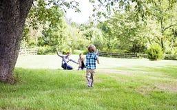 barnföräldrar som kör till fotografering för bildbyråer