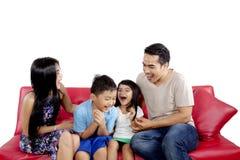 Barnföräldrar som skrattar med deras barn Fotografering för Bildbyråer
