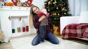Barnföräldrar som spelar med, behandla som ett barn lager videofilmer