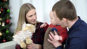 Barnföräldrar som spelar med, behandla som ett barn leksaker lager videofilmer
