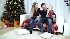 Barnföräldrar som spelar med, behandla som ett barn leksaker stock video