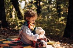 Barnförälskelse Atumn gyckel på parkera Lycklig ungehöst Gullig pojke med Autumn Leaves på nedgångnaturbakgrund royaltyfri fotografi