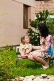 barnförälskelsemoder royaltyfri foto