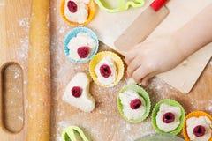 Barnförberedelse av bakning Royaltyfri Bild