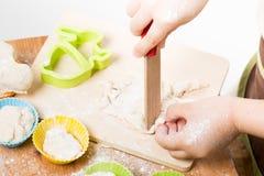 Barnförberedelse av bakning Arkivbild