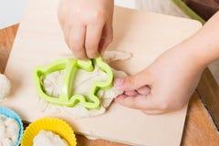 Barnförberedelse av bakning Royaltyfri Foto