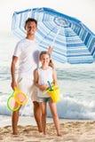 Barnfader med dottern på den sandiga stranden royaltyfri foto