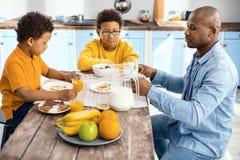 Barnfader som grälar på hans söner under frukosten fotografering för bildbyråer