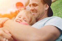 Barnfader som kramar hans gulliga dotter lycklig tid för familj Royaltyfri Foto