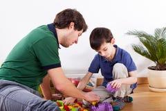 Barnfader som spenderar tid med sonen arkivfoton
