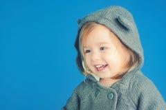 barnfadergyckel som har att leka tillsammans le för liten flickabarn höst- och vårungemode Liten lycklig flicka barndom och lycka royaltyfri foto