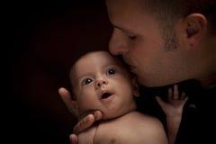 Barnfaderinnehav som hans nyfödda blandade Race behandla som ett barn Royaltyfri Foto