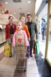 barnfamilj shop2 arkivbild