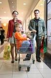 barnfamiljen shoppar Royaltyfria Foton