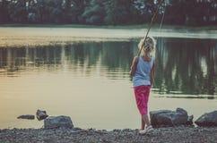 Barnfiske på dammet fotografering för bildbyråer