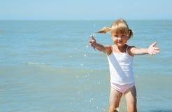 barnflicka little hav royaltyfria bilder