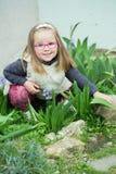 Barnflicka med exponeringsglas i trädgården Royaltyfri Foto