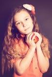 Barnflicka med äpplefrukt Royaltyfri Foto