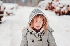 Barnflicka med stängda ögon på gå i vinterskog Arkivbild