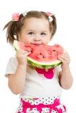 Barnflicka som äter den isolerade vattenmelon Arkivfoton