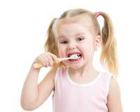 Barnflicka som borstar isolerade tänder Arkivbild