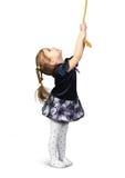 Barnflicka som drar ett rep från överkanten som isoleras på vit Royaltyfri Fotografi