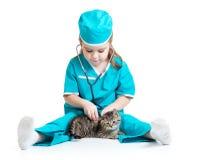 Barnflicka som spelar doktorn med den isolerade katten Arkivfoton