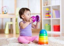Barnflicka som spelar med den hemmastadda leksaken Arkivbilder
