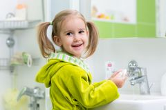 Barnflicka som tvättar henne händer som skyddar från bakterier Fotografering för Bildbyråer