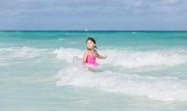 Barnflicka som tycker om hennes simningtid i Atlantic Ocean på den Santa Maria Cuban ön Royaltyfri Foto