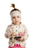Barnflickan använder en smartphone royaltyfri fotografi