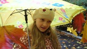 Barnflickan med paraplyet på en höst går arkivfilmer