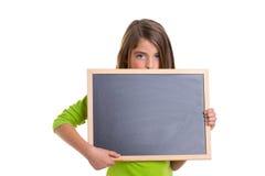 Barnflickan med vit inramar kopierar den svart blackboarden för utrymme Arkivbild