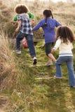 barnfältgrupp som tillsammans leker Arkivfoto