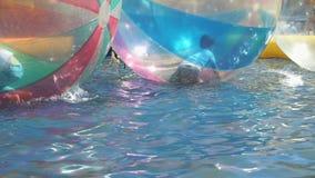 Barnflundror inom stora uppblåsbara bollar arkivfilmer