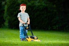 Barnflyttkarl som spelar gräsmatta Royaltyfria Foton