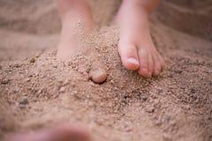 Barnfot i sand Fotografering för Bildbyråer