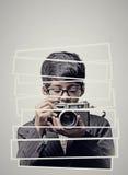 Barnfotograf som rymmer en kamera - abstrakt begrepp arkivfoto