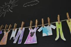 Barnframställning som torkar kläder royaltyfri foto