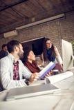 Barngrupp som i regeringsställning arbetar på projekt Arkivfoto
