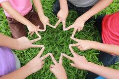 Barnhänder arkivbild