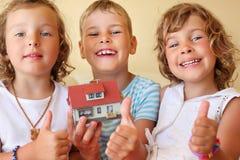 barnhänder house att hålla modellen tillsammans royaltyfri foto