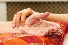Barnhänder som att bry sig för gamla händer Royaltyfri Foto