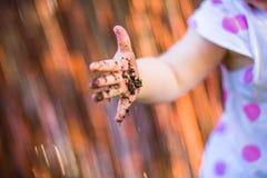 Barnhand med smuts Arkivbilder