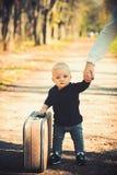 Barnhandelsresanden bär tappningpåsen med mödrar räcker, barndom Barnlopp med den retro resväskan på naturligt landskap arkivfoto